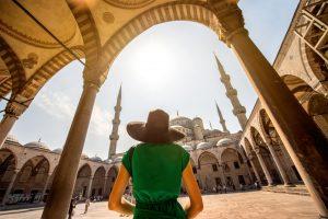 Vrouw voor een moskee in Istanbul, Turkije