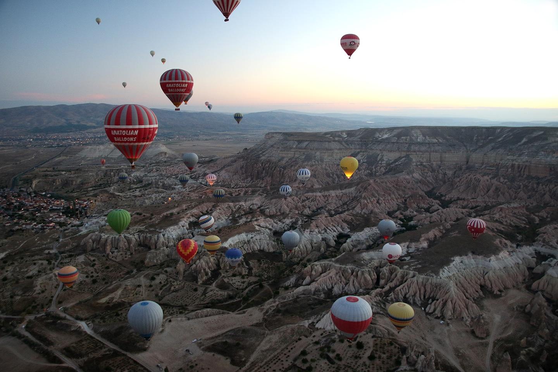 Samen met vele andere luchtballonnen zweef je over de Ihlara Vallei in Cappadocië