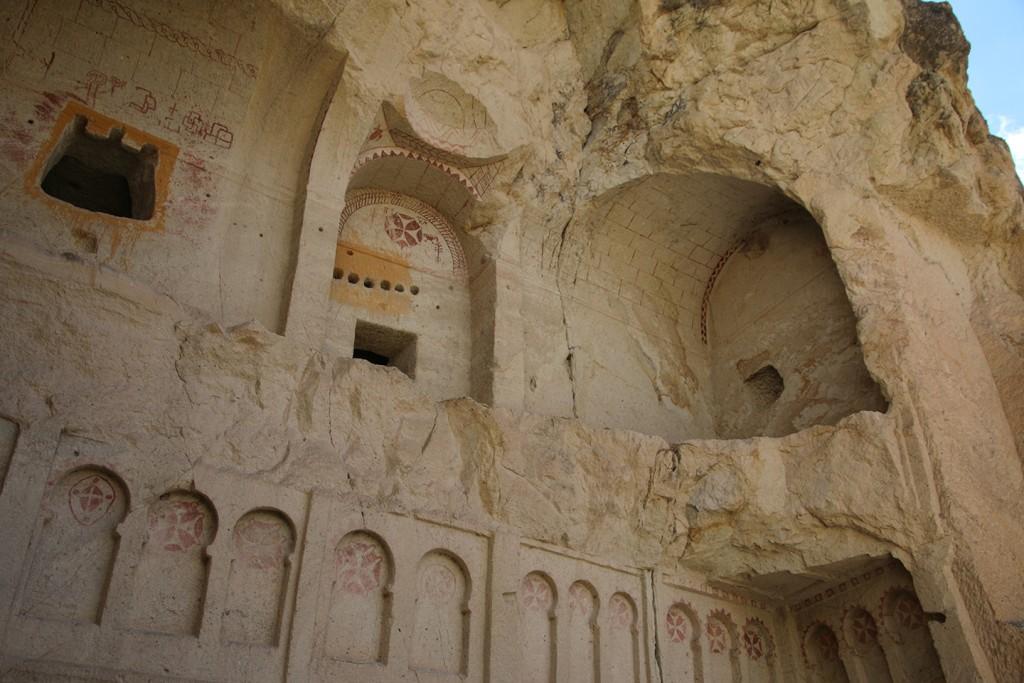 Een deel van een, ooit uitgehakte, kerk in Göreme