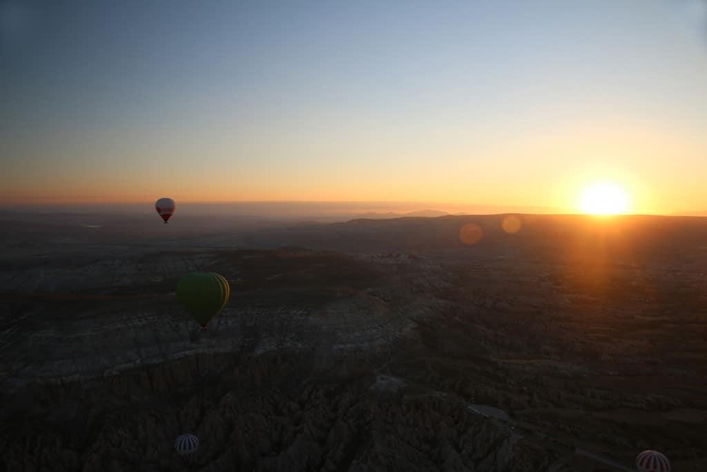 Vanuit de luchtballon zie je de zon opkomen