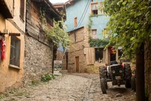 Oude straatjes, huizen en voertuigen in Cumalikizik