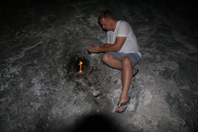 Vuur komt uit spleten en gaten in de rotsen in Cirali