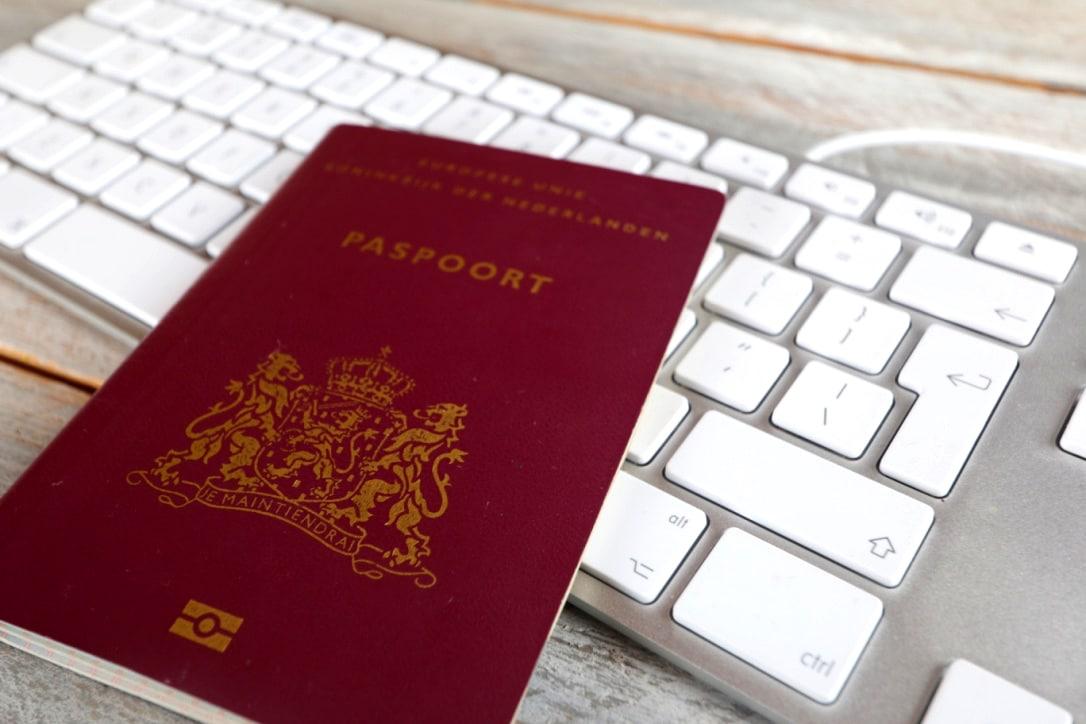 Nederlands paspoort op een toetsenbord