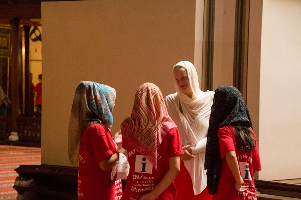Vrouwen met hoofddoekjes in een moskee