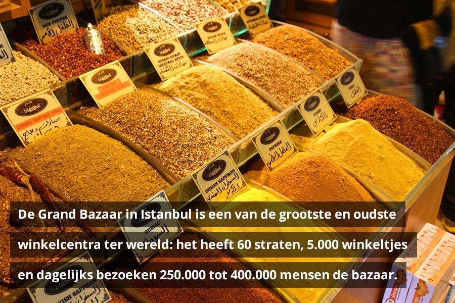 De Grand Bazaar in Istanbul is een van de grootste en oudste winkelcentra ter wereld: het heeft 60 straten, 5.000 winkeltjes en dagelijks bezoeken 250.000 tot 400.000 mensen de bazaar.