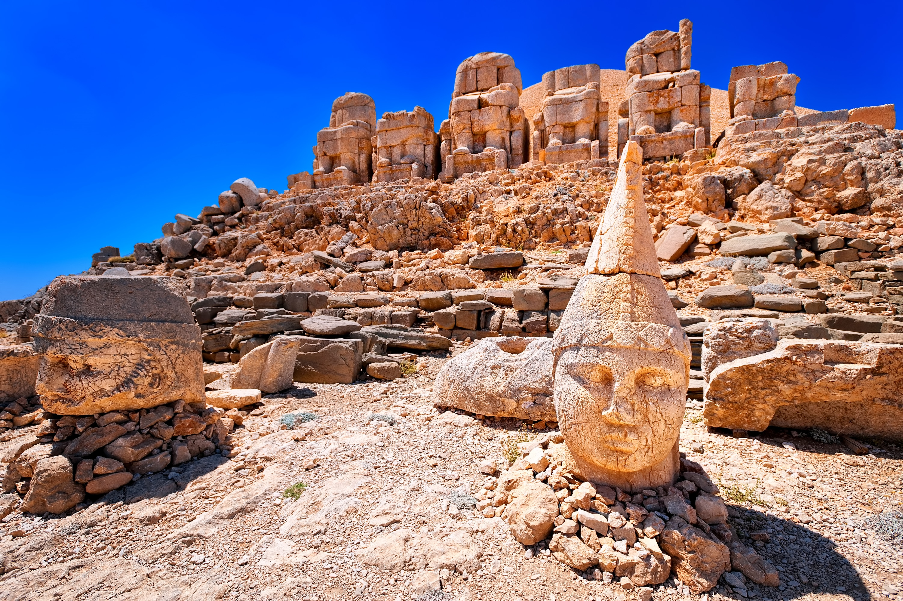 Antieke beelden boven op de Nemrut berg