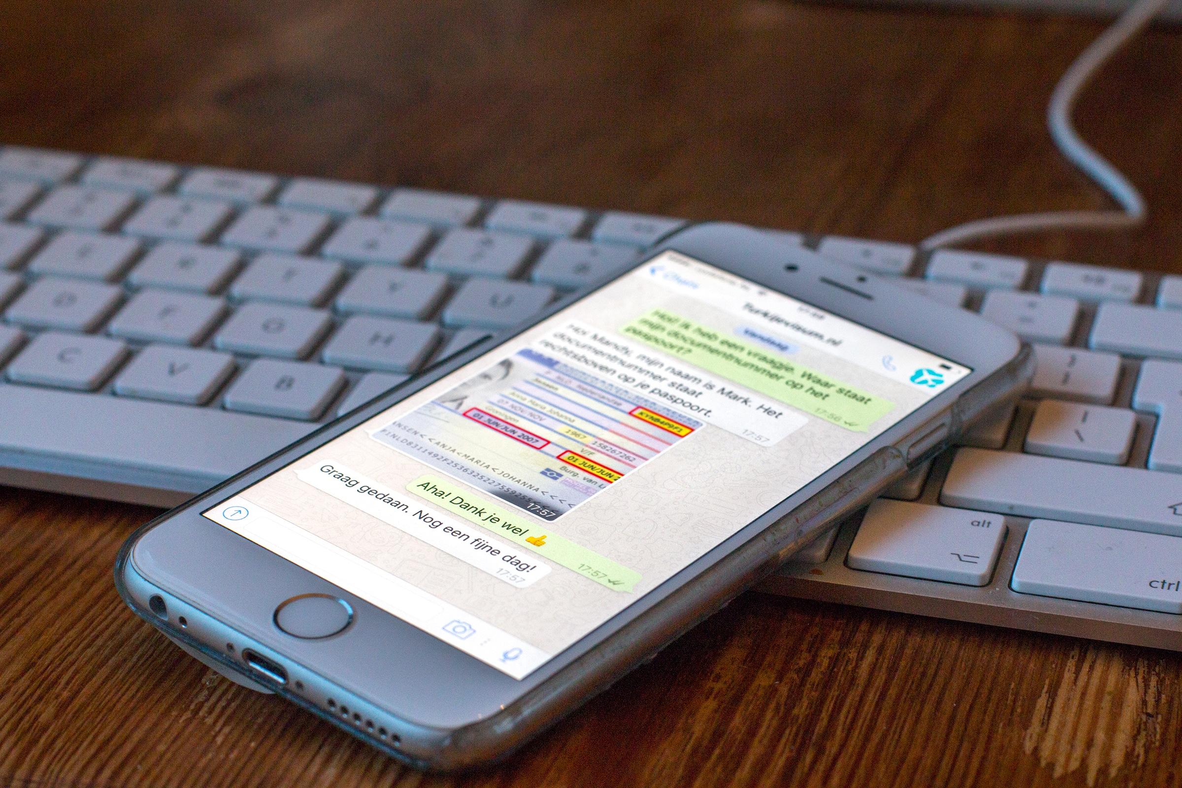 Telefoon met een WhatsApp gesprek