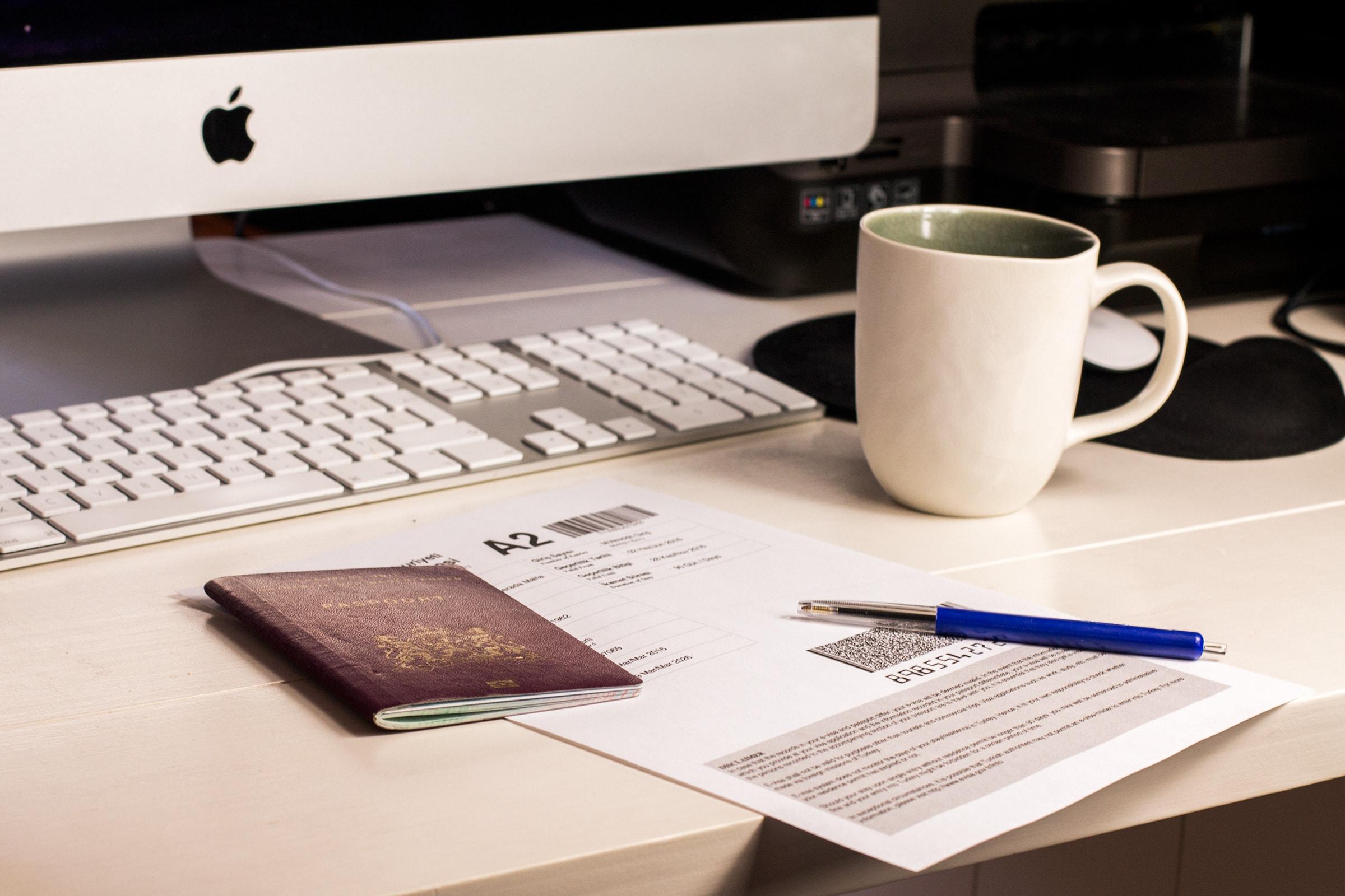 Paspoort en visum voor Turkije op een bureau