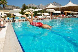 Jongen springt in zwembad