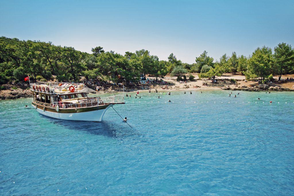 Boot en strand van Marmaris, Turkije
