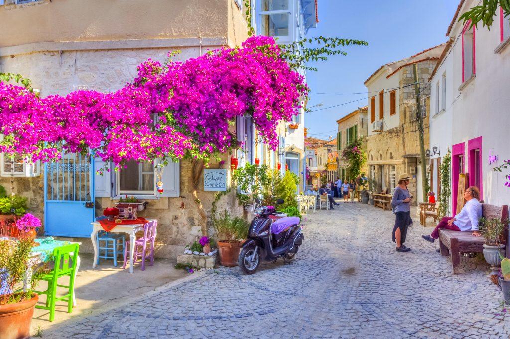 Straat in Alaçati, Turkije