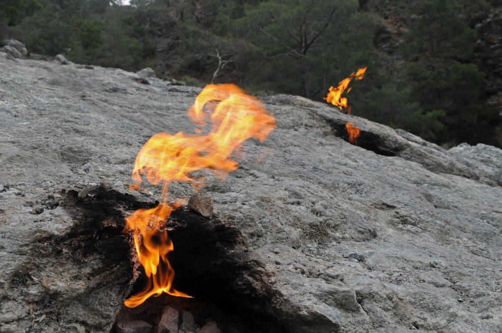 Vlammen uit de Chimera berg in Çıralı, Turkije