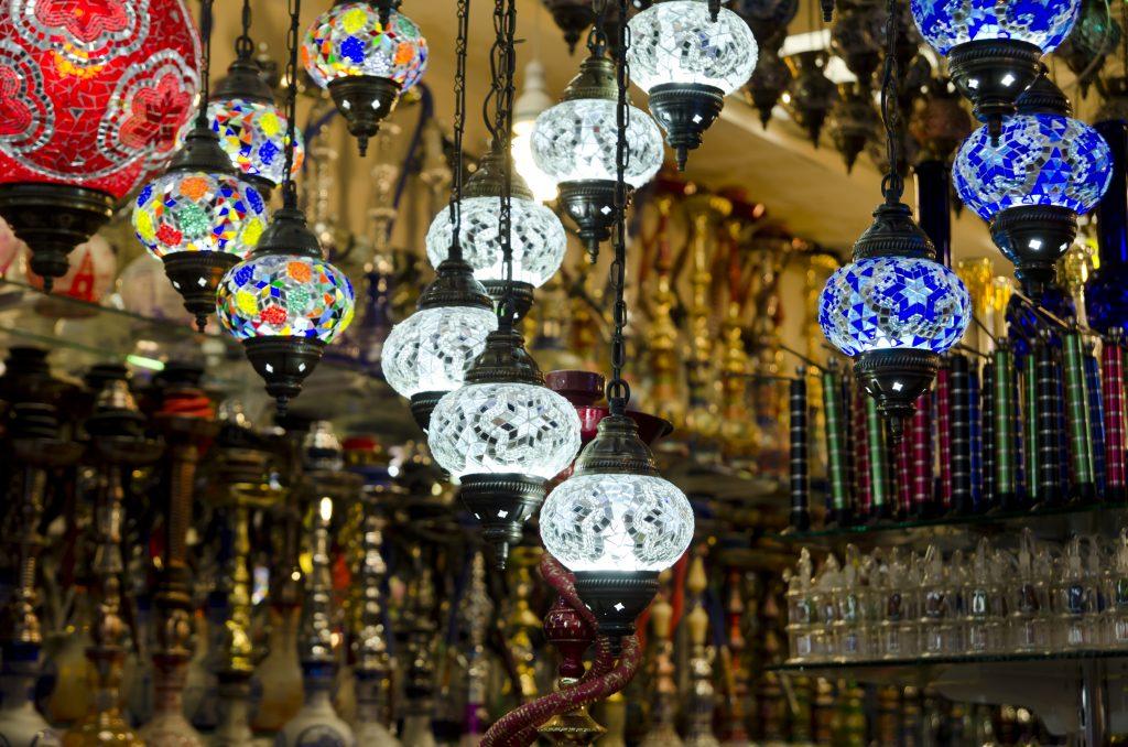 Lantaarns op de bazaar in Antalya