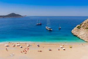 Strand in Turkije met blauwe zee en boten