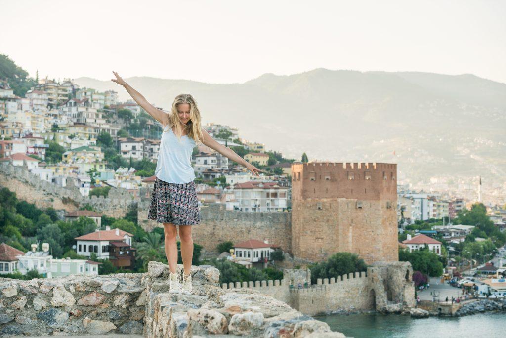 Vrouw balanceert op een muur in Alanya, Turkije