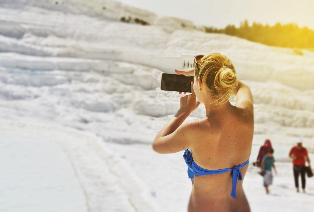 Vrouw in bikini neemt foto in Pamukkale, Turkije