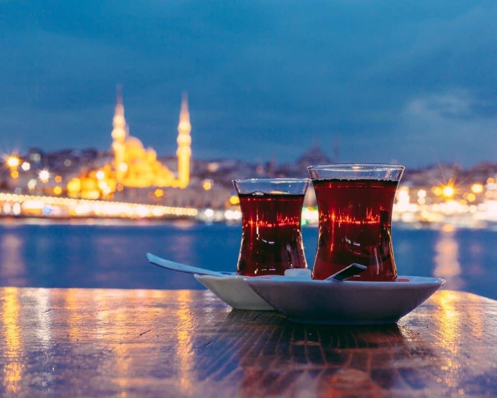 Turkse thee met een moskee op de achtergrond