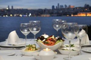 Dineren aan de Bosphorus in Istanbul, Turkije