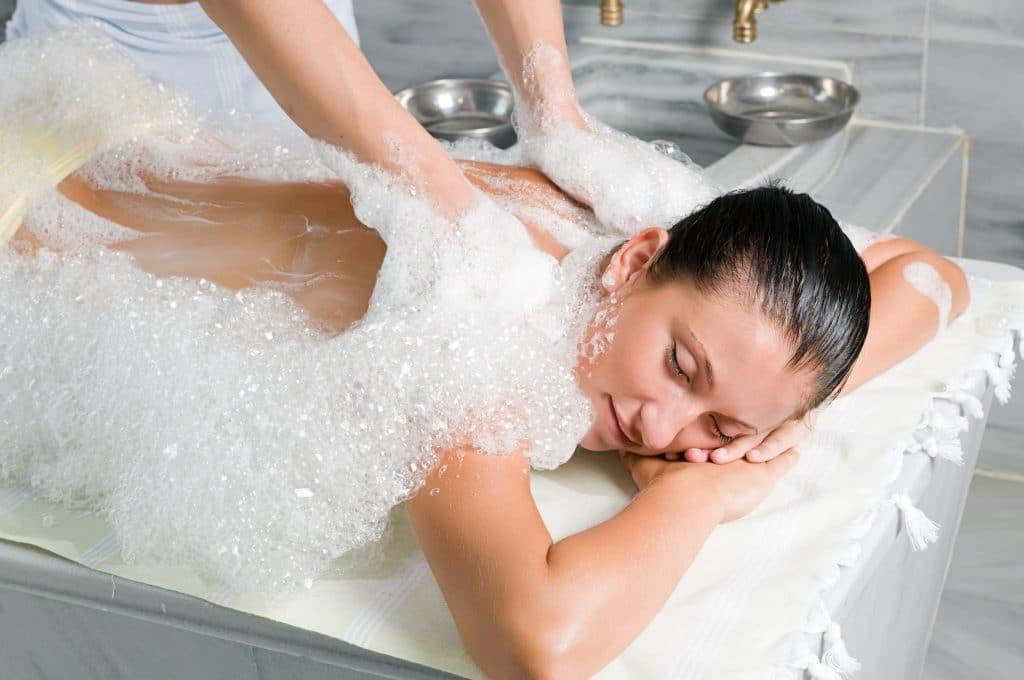 Vrouw krijgt massage in de hamam