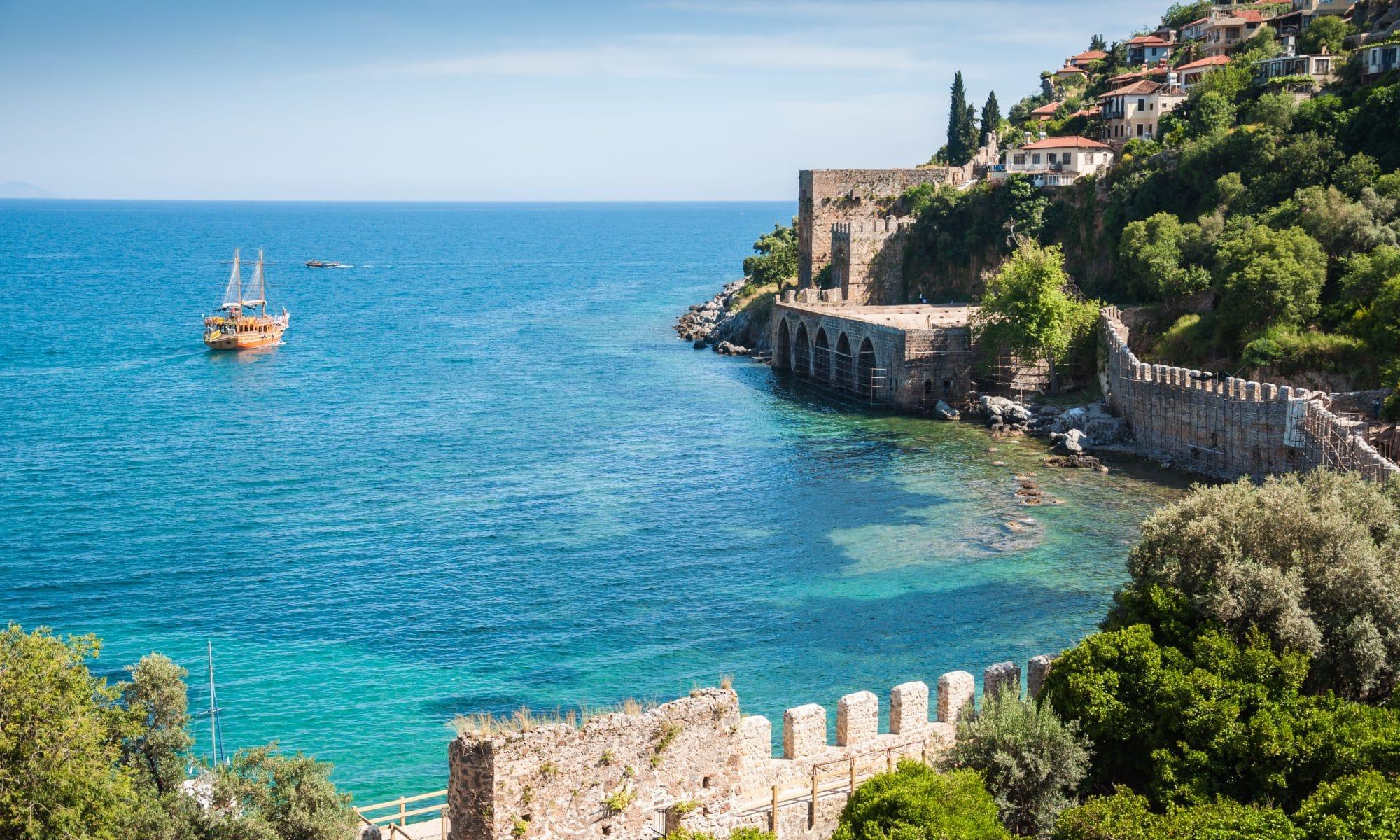 Uitzicht op zee en de kustlijn van Alanya, Turkije