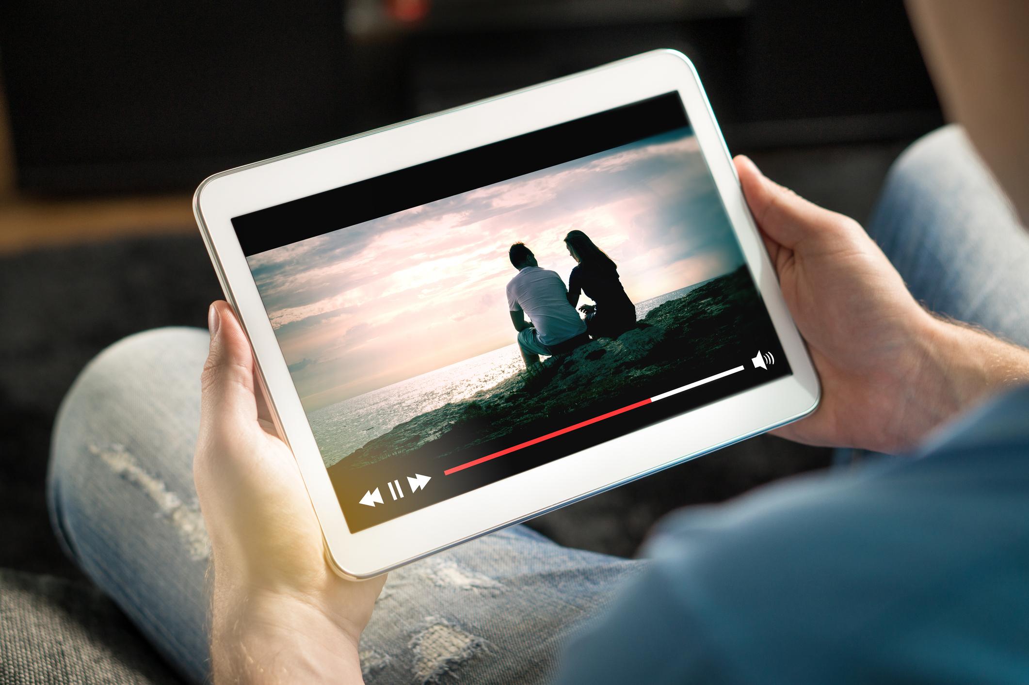 Man kijkt een film op zijn tablet