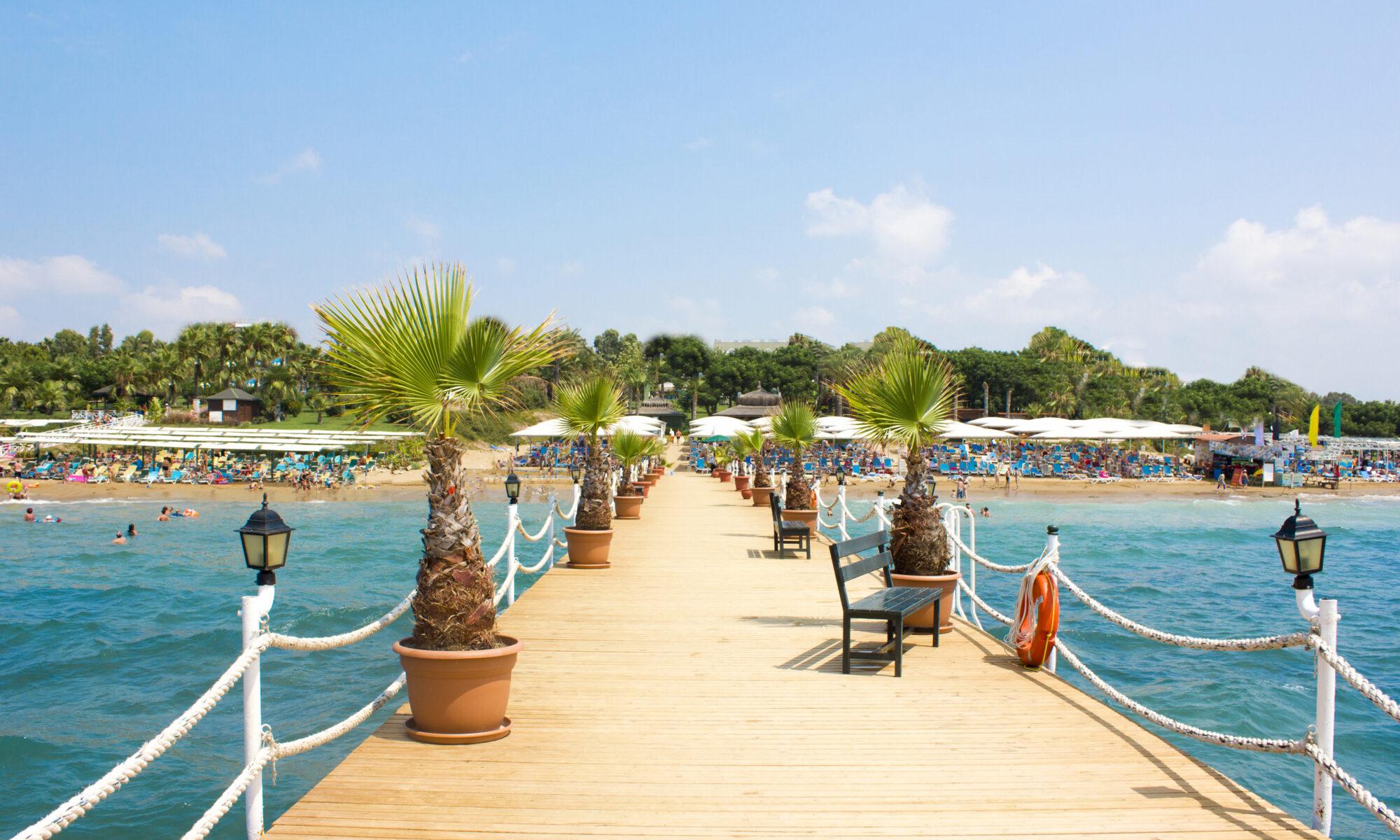 Houten pier aan zee in Turkije