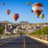 Luchtballonnen boven de rotsen van Cappadocië