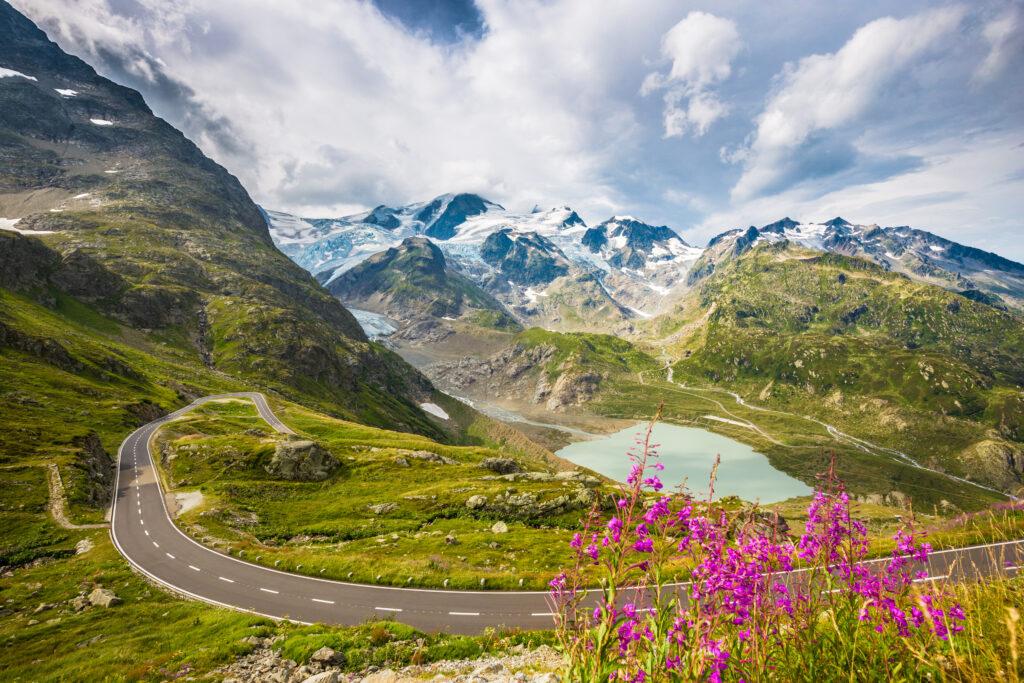 Slingerweg door de Alpen met besneeuwde bergen