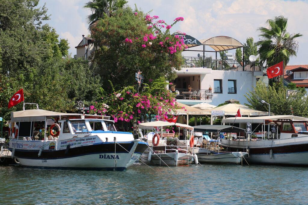 Hotel met boten aan de rivier in Dalyan, Turkije