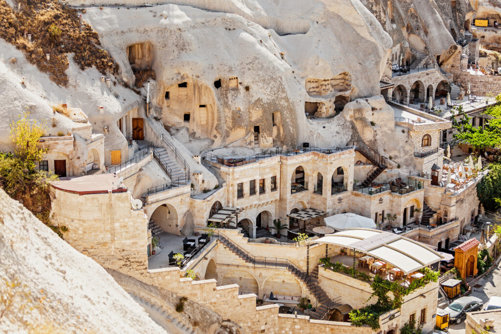 Huizen en hotels uit rotsen gehouwen in Göreme, Turkije
