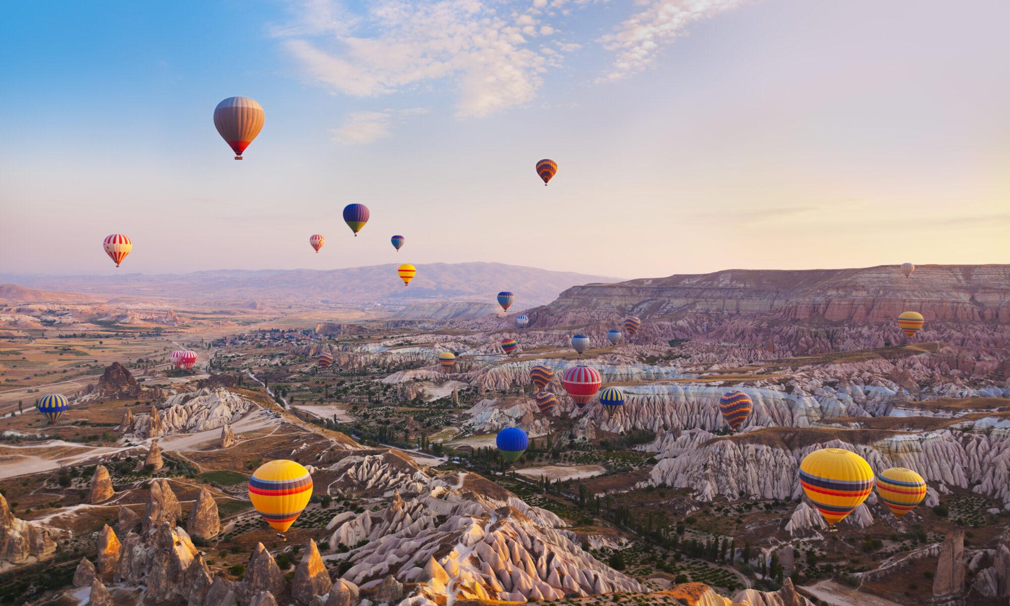 Luchtballonnen boven het landschap van Cappadocië in Turkije