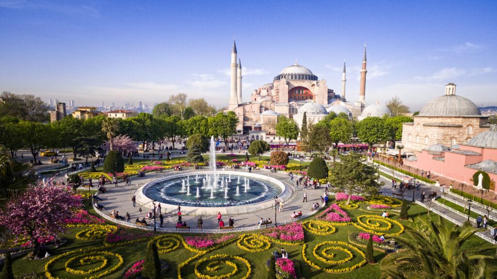 Uitzicht op de Hagia Sophia met kleurrijke tuin in Istanbul, Turkije