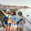 Drie vrienden knuffelen op de top van de berg met uitzicht over Chirali Beach in Turkije