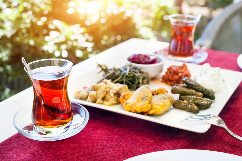 Turkse thee en mezze in een restaurant