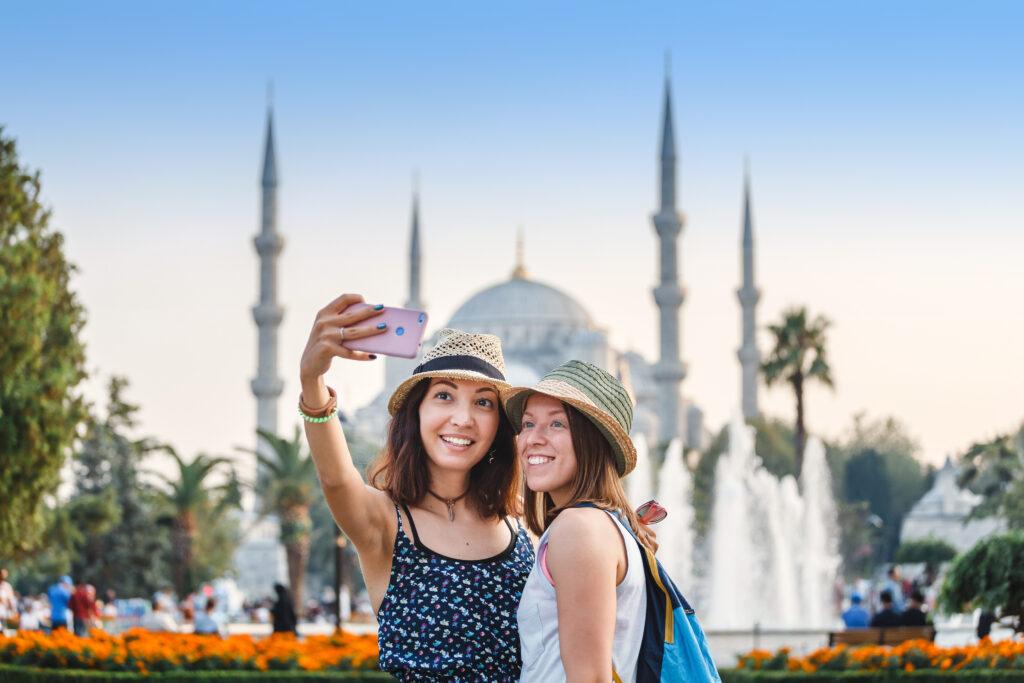 Twee vriendinnen maken een selfie voor de Blauwe Moskee in Istanbul, Turkije