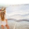 Jonge vrouw met hoed geniet van het uitzicht op Pamukkale, Turkije