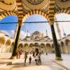 Binnenplein van de Çamlıca-moskee in Istanbul, Turkije