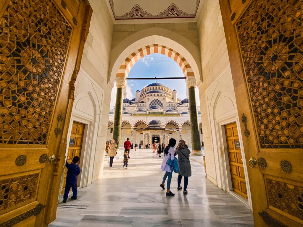 Doorkijk in de Çamlıca Moskee in Istanbul