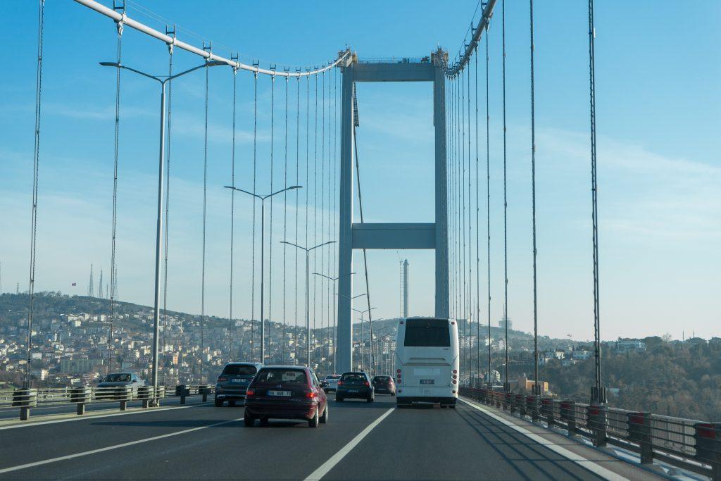 Rijden over de Bosporus-brug in Istanbul, Turkije